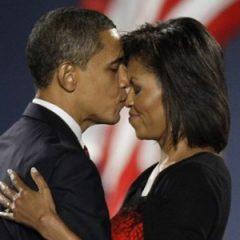 Барак Обама при всех целовался с женой