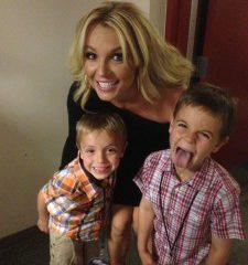 Бритни Спирз признали лучшей звездной мамой