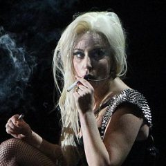 Lady GaGa влипла в неприятности, закурив на сцене