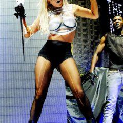 Леди Гага показала поклонникам зад и рваные колготки