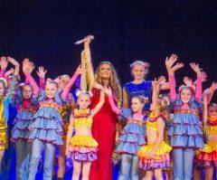 Наталья Могилевская с Мариной Порошенко вручила детям-сиротам деньги