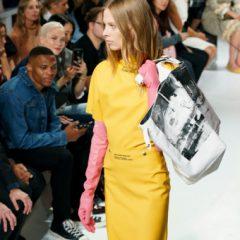 Calvin Klein порадовал модниц перчатками из резины за 390 долларов
