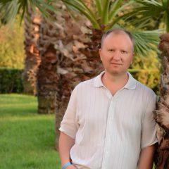Гей-активіст Андрій Трохимович Ковальчук з нагородою від Порошенка відпочиває перед виборами до парламенту